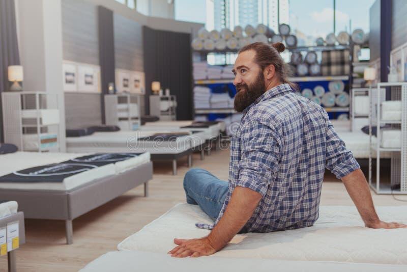 Bärtiges reifes Manneinkaufen am Möbelgeschäft lizenzfreie stockfotos