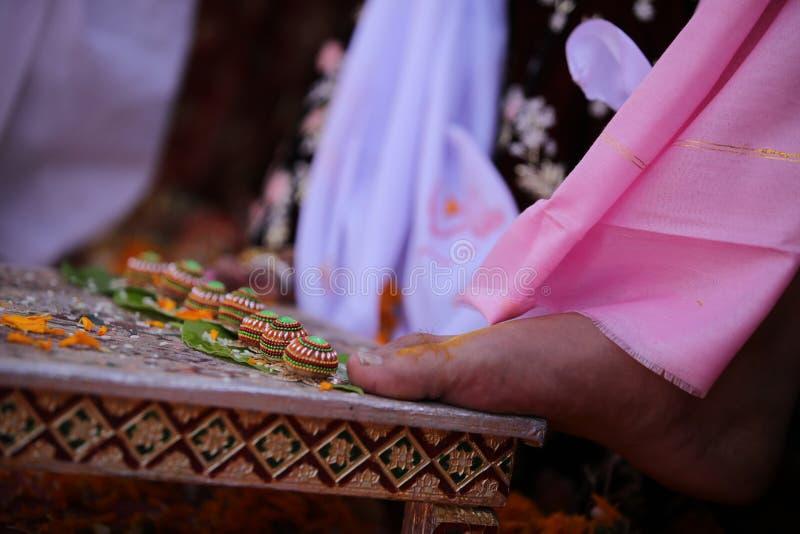 Bästa ögonblick av bruden och brudgummen Indisk gifta sig kultur arkivfoto