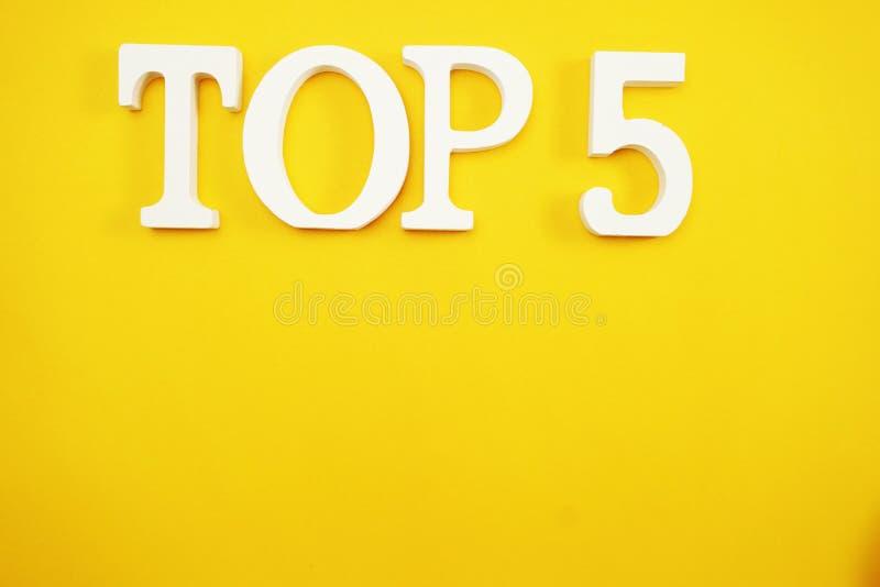 Bästa alfabet för fem bokstäver med utrymmekopian på gul bakgrund arkivfoto