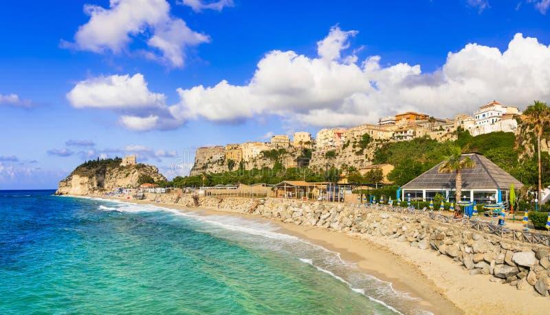 Bästa av Calabria, Tropea stad - sikt av staden och den härliga stranden italy royaltyfri foto