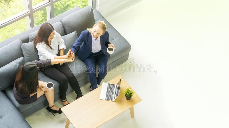 Bästa för affärskvinna för flyg- sikt samtal och att sitta på grå bänksoffa w fotografering för bildbyråer