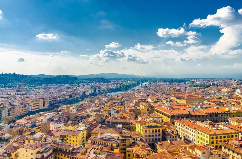 Bästa flyg- panoramautsikt av den historiska mitten för Florence stad, broar över den Arno floden, byggnadshus med det orange röd royaltyfri foto