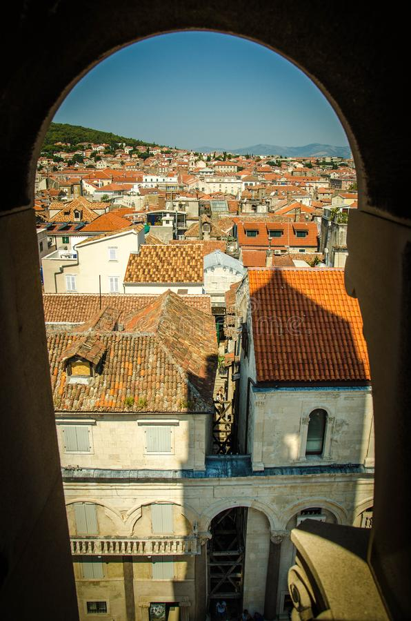 Bästa flyg- sikt av kluvna gamla stadsbyggnader, Dalmatia, Kroatien arkivbild