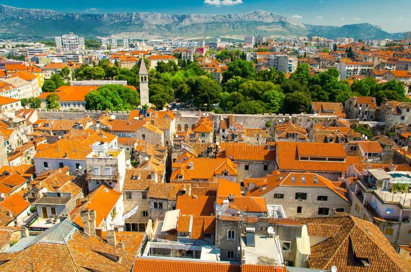 Bästa flyg- sikt av kluvna gamla stadsbyggnader, Dalmatia, Kroatien royaltyfri foto