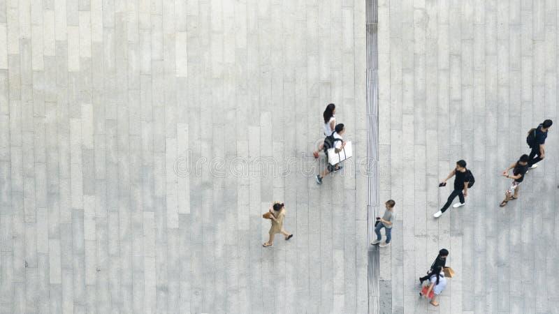 Bästa folkmassa för flyg- sikt av folk som går på affärsgatapedes royaltyfria foton