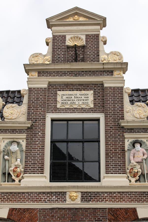 Bästa gavel med den minnes- stenen och skulpturer av Huis skåpbil Achten i Alkmaar arkivbilder