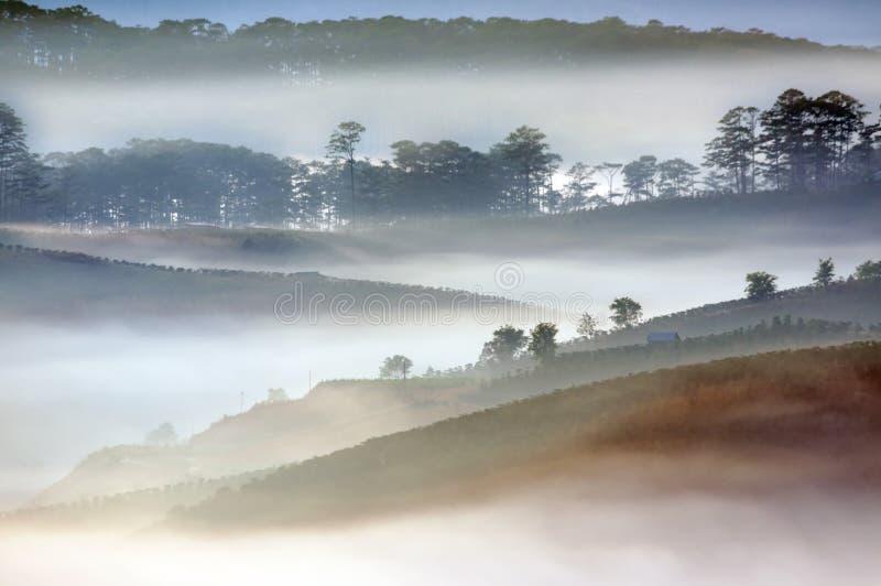 Bästa panorama och bild av landskapet på den lilla byn på dalen i soluppgångdel 2 royaltyfri foto