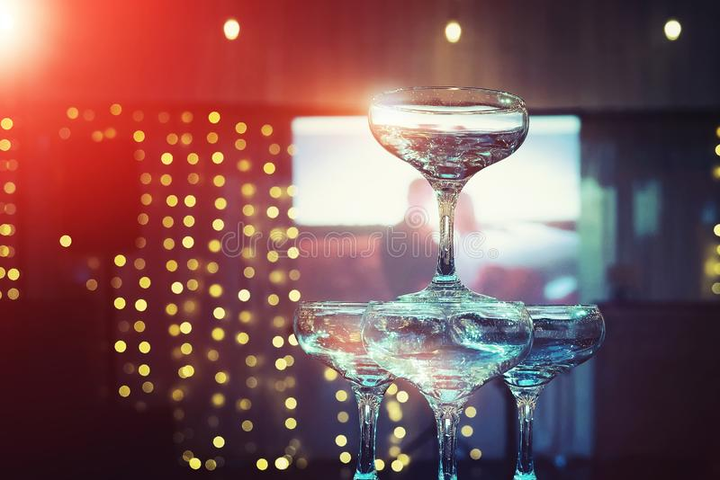 Bästa rader av champagnetornet på belysningen och projektorskärmbakgrunden av att gifta sig bankettkorridoren Härlig uppsättning  arkivfoton