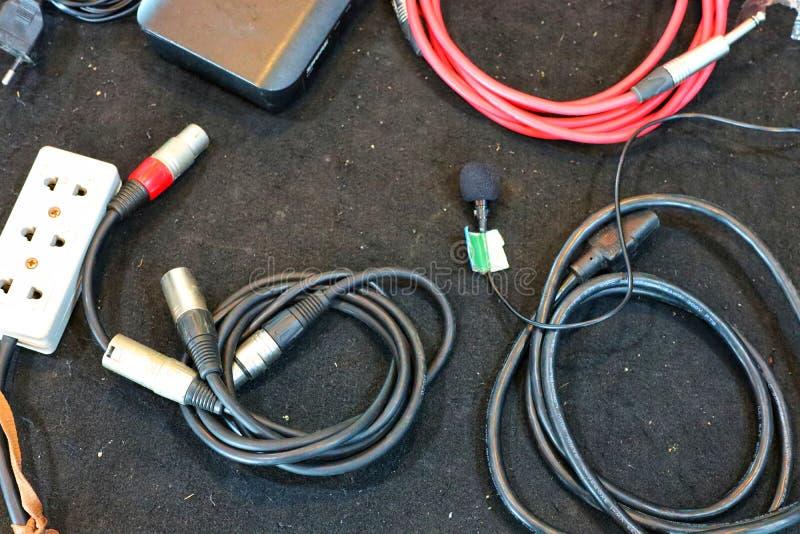Bästa sikt, apparat för maktkabel, maktpropp på en svart bakgrund arkivfoto