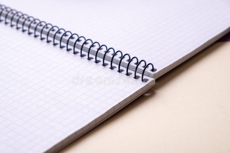 Bästa sikt av öppna anteckningsböcker för en anteckningsbokskola med en spiralvår, kontorsnotepad royaltyfri foto