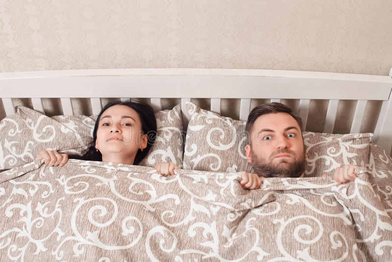 Bästa sikt av överraskningen för barnparvisning i säng arkivfoto