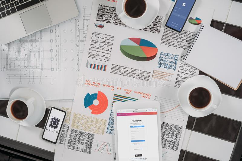 bästa sikt av affärsdokument på arbetsplats med digitala apparater royaltyfria bilder