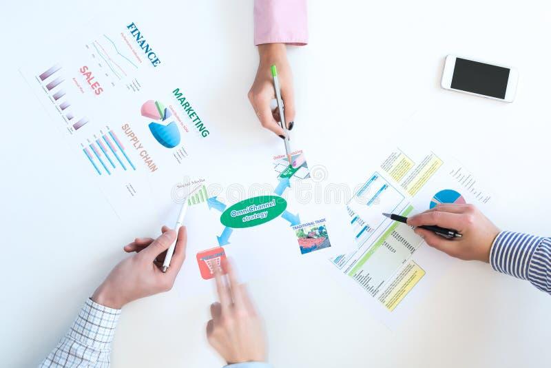 Bästa sikt av affärsmötet med diagram på det vita skrivbordet fotografering för bildbyråer