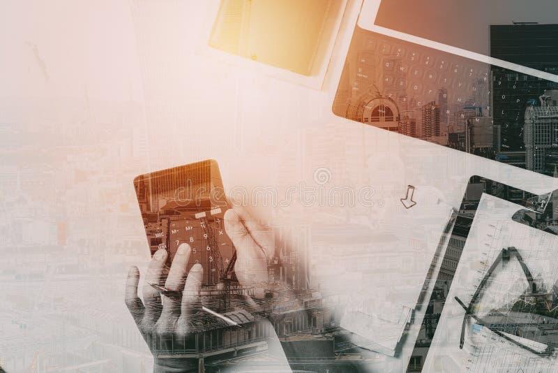 bästa sikt av affärsmanhanden som arbetar med finanser om kostnad arkivfoton