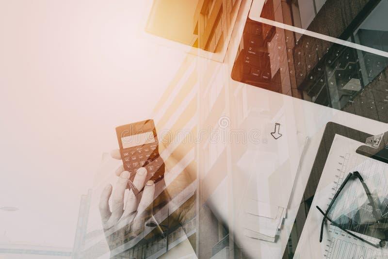 bästa sikt av affärsmanhanden som arbetar med finanser om kostnad fotografering för bildbyråer