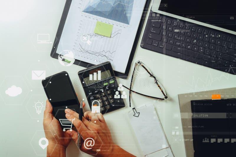 bästa sikt av affärsmanhanden som arbetar med finanser om kostnad arkivbilder