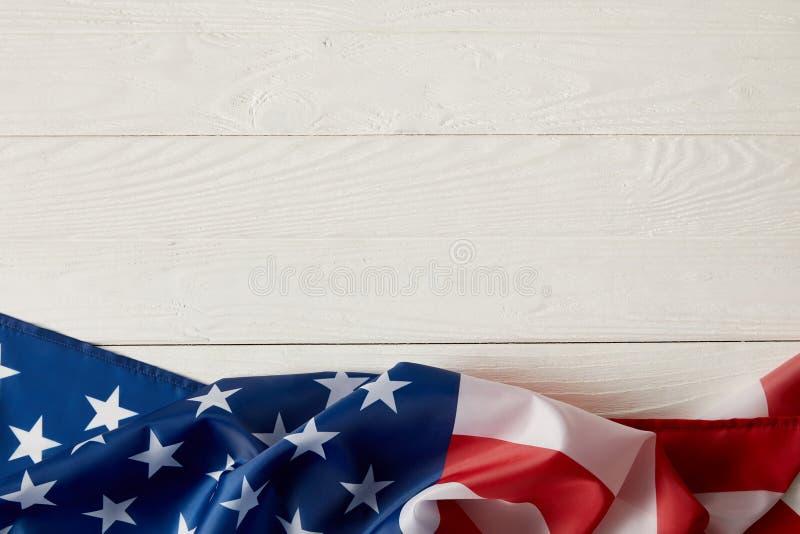 bästa sikt av amerikanska flaggan på vit träyttersida arkivbild
