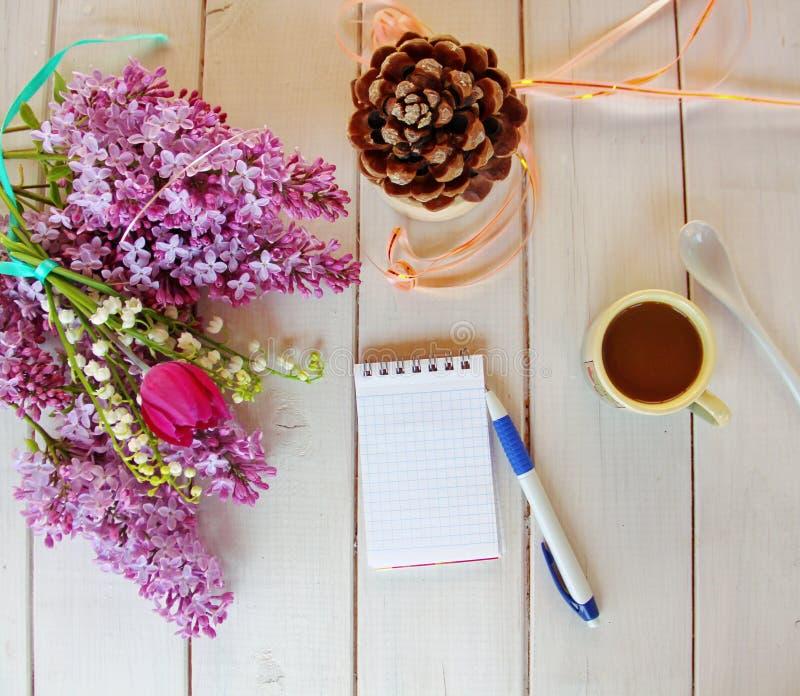 Bästa sikt av arbetsplatsen, en bukett av lilan, tulpan, liljekonvalj arkivbild