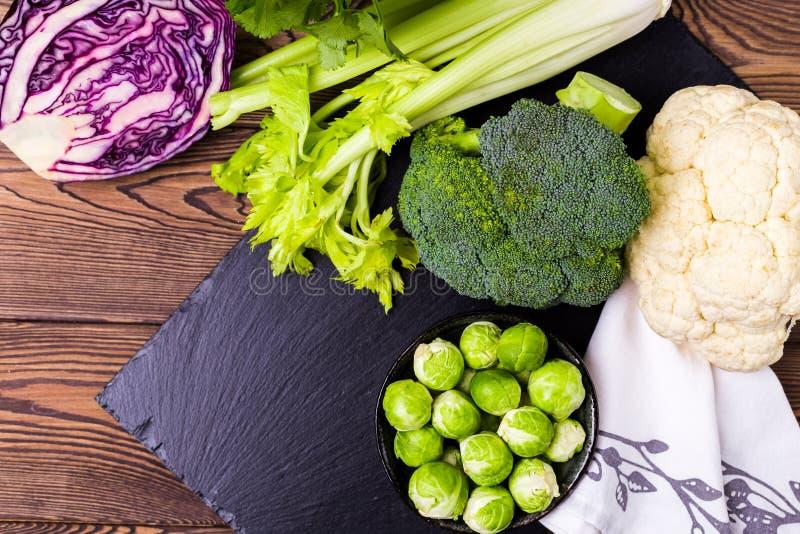 Bästa sikt av assortien av kål, broccoli, blomkålen, Bryssel groddar och skotsk whiskygrönkål - begreppet av ett sunt bantar stäl royaltyfri bild