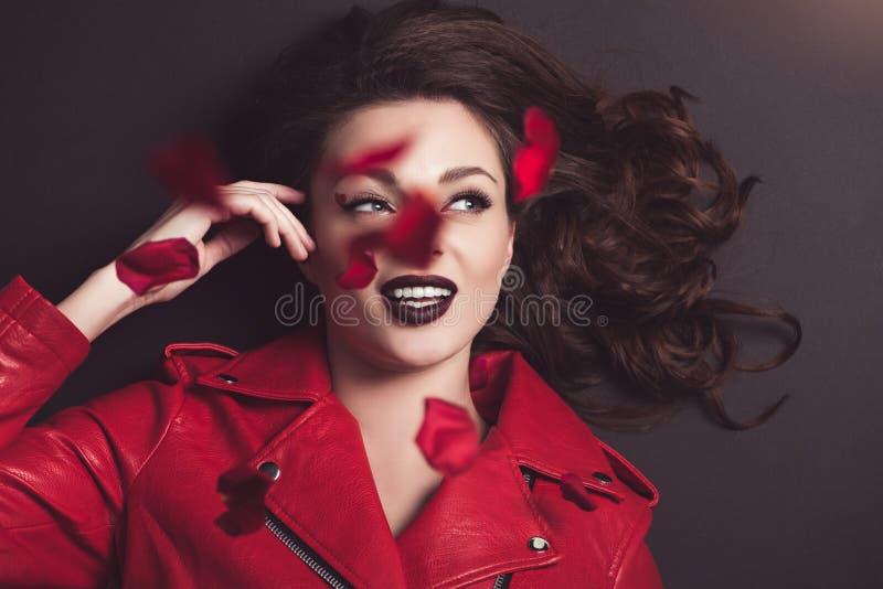 bästa sikt av att le flickan med fallande roskronblad, valentindag arkivfoton