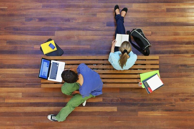 Bästa sikt av att studera för universitetsstudenter royaltyfria foton