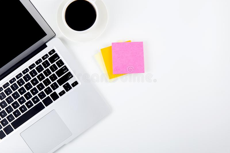 Bästa sikt av bärbar datordatoren med den öppna bildskärmen, dagboken och notepaden för skärmskärm för påminnelse och en kopp kaf royaltyfria foton