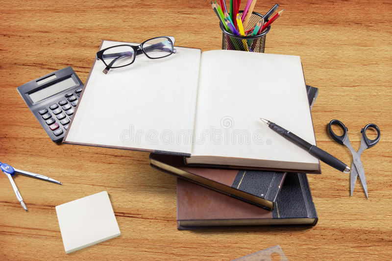 Bästa sikt av böcker och skolatillförsel royaltyfri bild