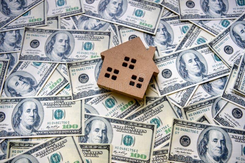 Bästa sikt av begreppet för finansiell investering med fastighetaffären för att tillväxt ska vinna vinst och bostads- med en husm arkivfoton