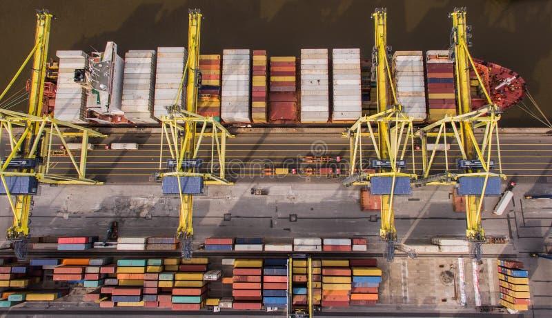 Bästa sikt av behållareskeppet som lastar av i port fotografering för bildbyråer