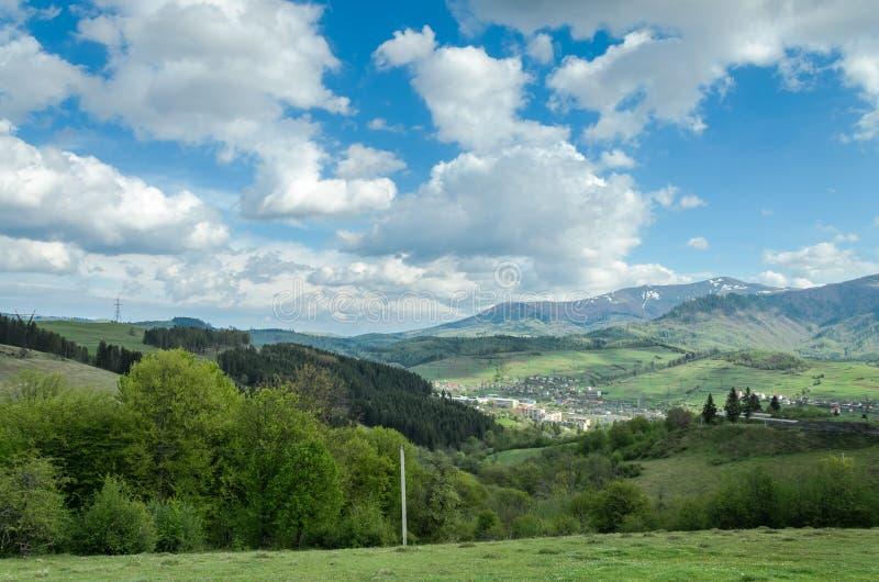 B?sta sikt av berget p? staden Volovets, Transcarpathian region i de ukrainska Carpathiansna och berg royaltyfria foton