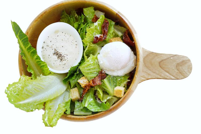 Bästa sikt av blandad grönsaksallad med ny grönsallat, den gröna eken, bröd, det kokta ägget, stekt bacon och dressingen i träbun royaltyfria bilder