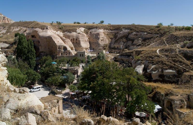 Bästa sikt av bosättningen nära grottastaden arkivbild