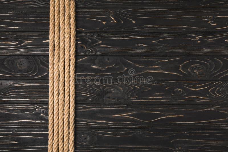 bästa sikt av bruna nautiska rep som förläggas i rad royaltyfri bild