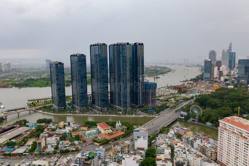 Bästa sikt av byggnad i en stad - skyskrapor för flyg- sikt som flyga iväg surret av Ho Chi Mi City med utvecklingsbyggnader, tra royaltyfri fotografi