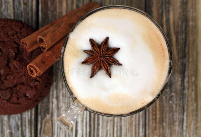 Bästa sikt av cappuccino med kanelbruna pinnar för stjärna Choklad kaka arkivfoto