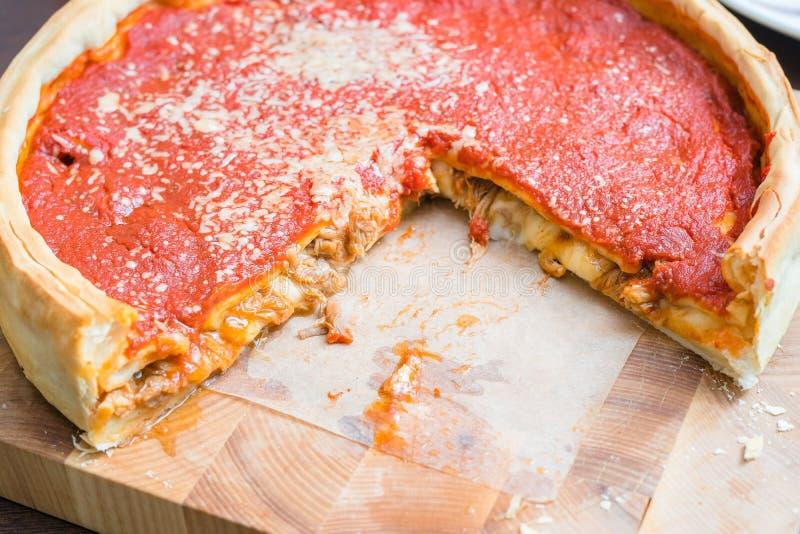 Bästa sikt av Chicago pizza Pizza för ost för den Chicago stilkarotten möter italiensk med tomatsås och nötkött inom arkivfoto
