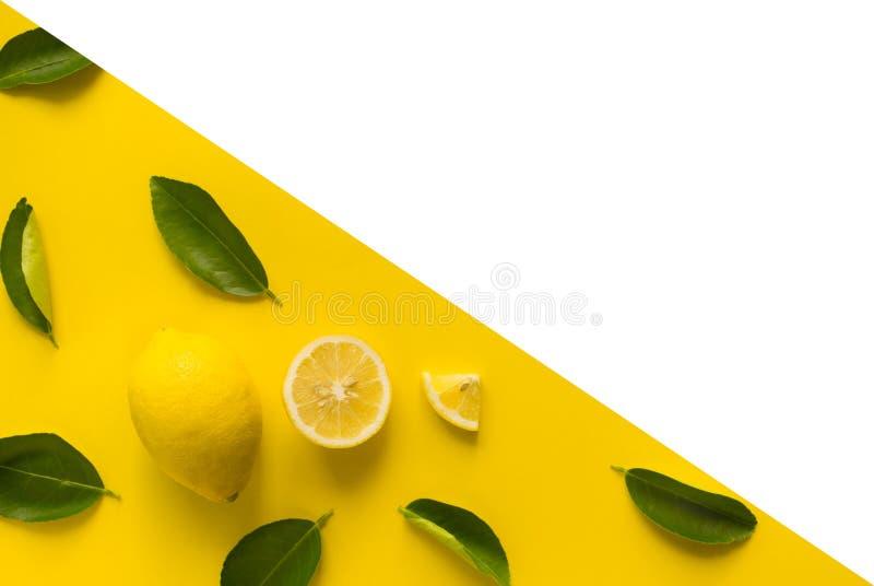 Bästa sikt av citronen och sidor på gul bakgrund begreppsidéer av frukt, grönsak äta som är sunt arkivfoto