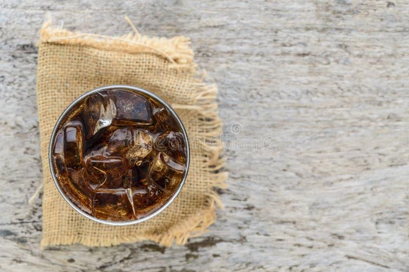 Bästa sikt av cola i exponeringsglas med is royaltyfri bild