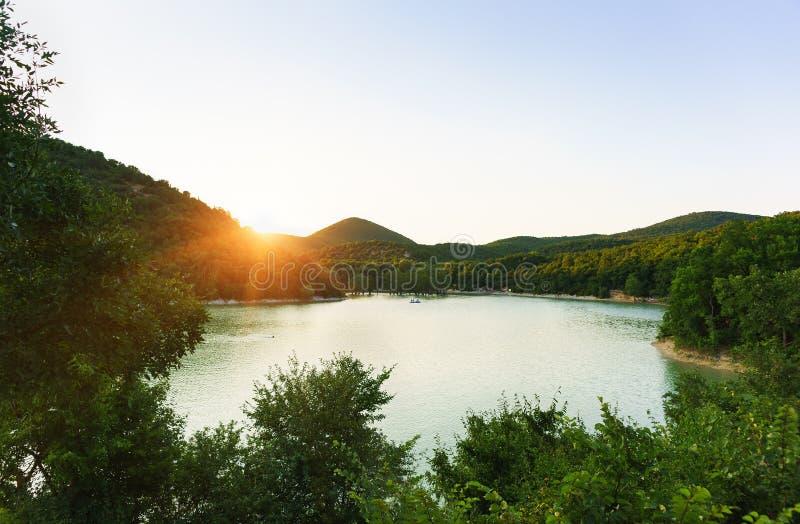 Bästa sikt av cypress sjön på solnedgången Varm sommarafton Folket rider på katamarorna och fartygen arkivbild