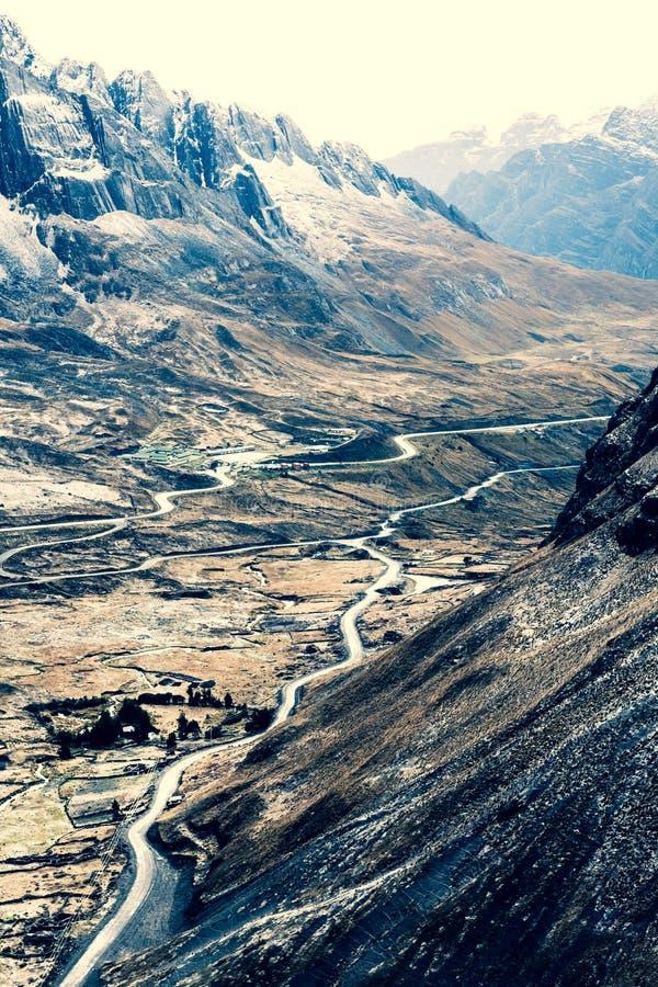Bästa sikt av dalen bland steniga Anderna arkivbild