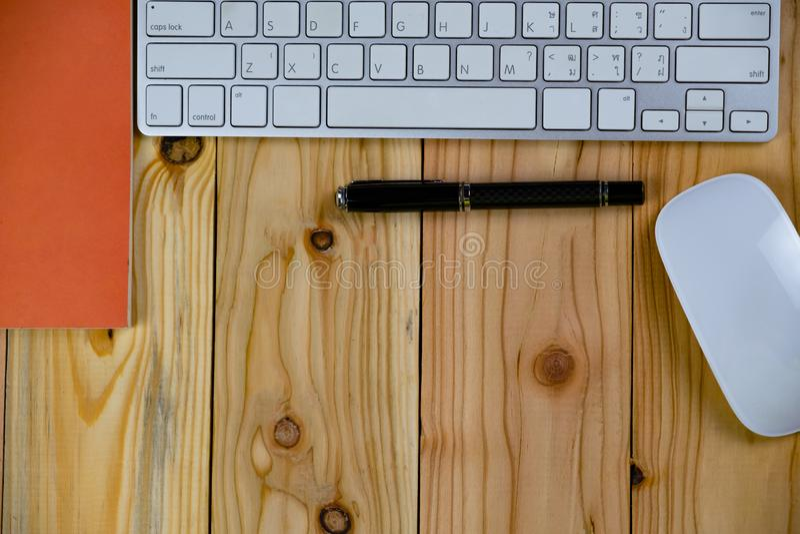 bästa sikt av den arbetande skrivbordtabellen med keyborden, mus, anteckningsbok royaltyfria foton