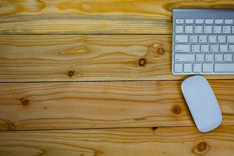 bästa sikt av den arbetande skrivbordtabellen med keyborden, mus arkivbild