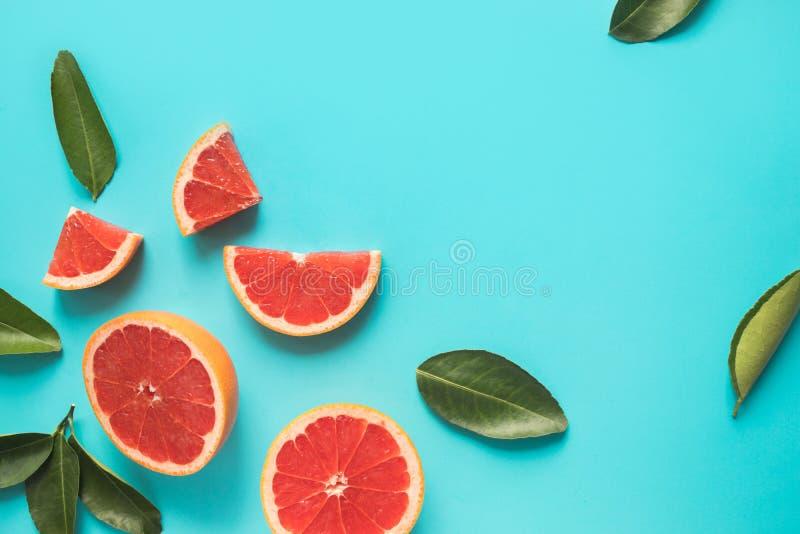 Bästa sikt av den färgrika orange fruktskivan på pastellfärgad bakgrund C fotografering för bildbyråer
