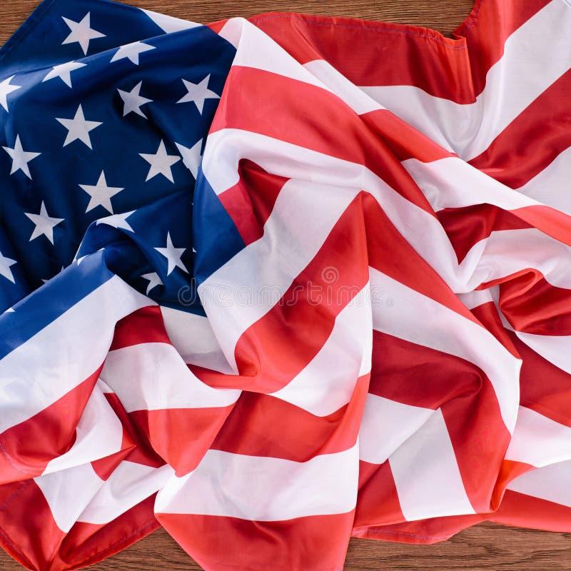 bästa sikt av den Förenta staterna flaggan på trätabletopen, självständighet royaltyfria bilder