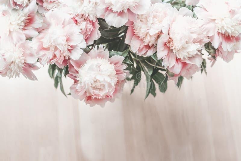 Bästa sikt av den härliga buketten för pastellfärgade rosa färger av pioner på trägolvbakgrund fotografering för bildbyråer