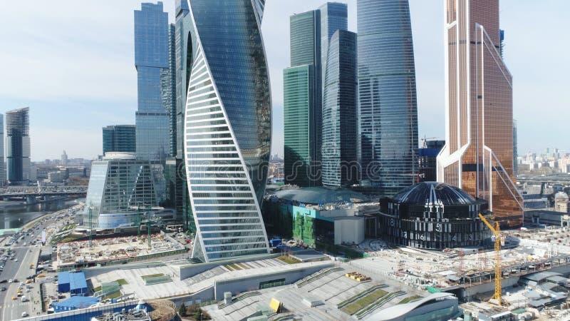 Bästa sikt av den härliga Moskvastaden i morgon plats Affärsmitt med den moderna exponeringsglasfasaden och arkitektur i Moskva arkivfoto
