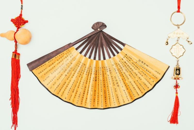 Bästa sikt av den handheld fanen för traditionell kines med amuletter royaltyfri fotografi