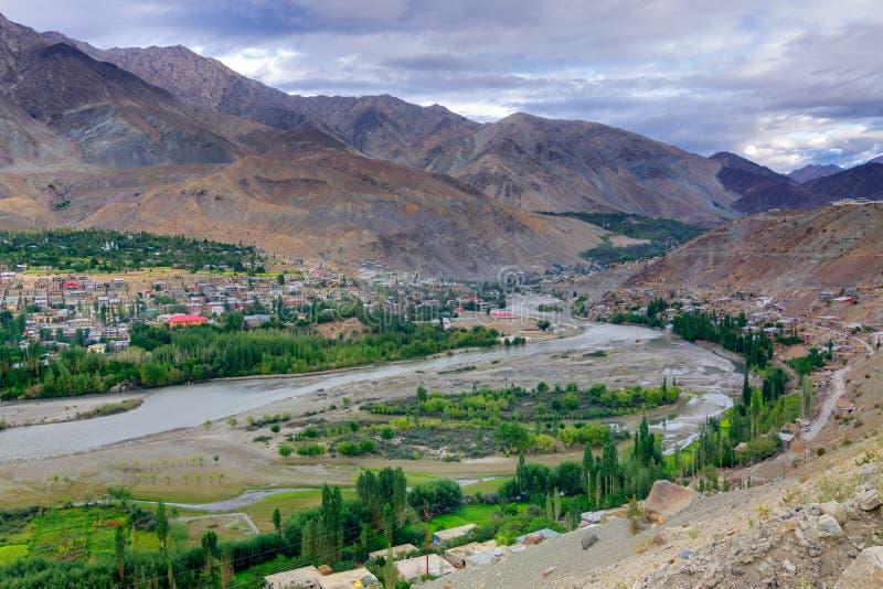 Bästa sikt av den Indus River och Kargil staden, Leh, Ladakh, Jammu, Kashmir, Indien royaltyfri bild