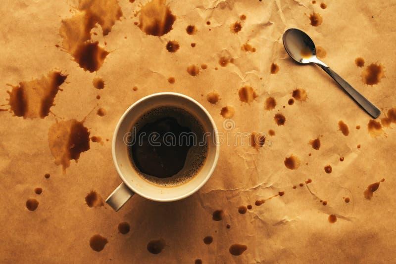 Bästa sikt av den kaffekoppen och skeden med färgstänk royaltyfri foto
