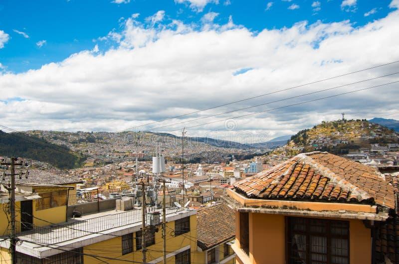 Bästa sikt av den koloniala staden med några koloniinvånarehus som lokaliseras i staden av Quito royaltyfri bild
